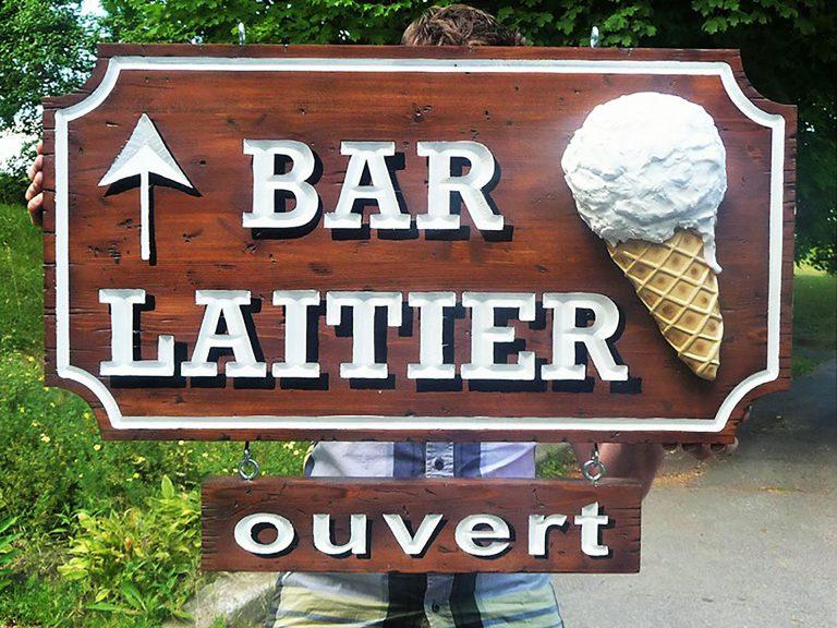 Enseigne-bar-laitier-rustique-3D-Parc-Oka