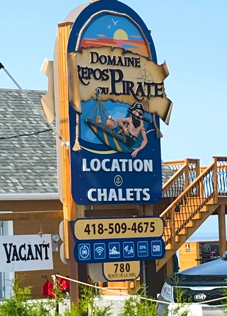 Enseigne chalets à louer - Domaine Repos du Pirate - 3d, PVC, aluminium et hdu - Ste-Flavie, Gaspésie