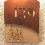 Identification chambre hotel, signalisation bois, metal